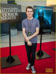 kids at halloween horror nights goosebumps u0027 dylan minnette u0026 jem u0027s stefanie scott scare up