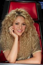 what color is shakira s hair 2015 shakira debuts a new hair color and shows off her sexy
