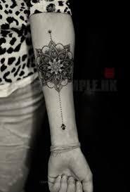 tatouage bracelet avant bras les 25 meilleures idées de la catégorie tatouage de fleur