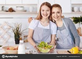 faisant l amour dans la cuisine joyeuse mère et fille ensemble de cuisson dans la cuisine