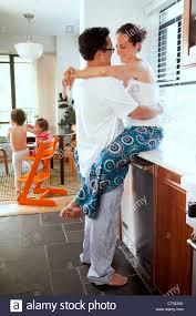 femme dans la cuisine mari et femme dans la cuisine avec leurs enfants banque d images