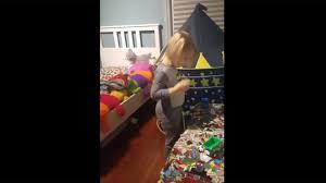 chambre à l heure cette maman effraie petit garçon qui jouait dans sa chambre