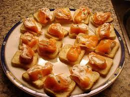 canapé saumon recette de petits canapés roulé saumon et st morret