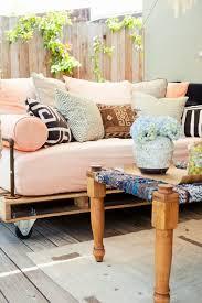habiller un canapé un canapé en palette