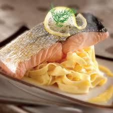cuisiner pavé saumon recette pavé de saumon à l unilatéral crème citron curcuma
