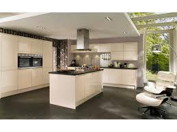 cuisine contemporaine design colorimétrie mur gris rosé sol foncé cuisine open