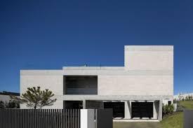 architektur bauhausstil puristisches haus im bauhausstil mit pool und blick über lissabon