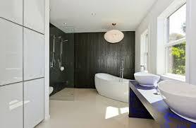 moderne badezimmer mit dusche und badewanne badezimmer ideen in schwarz weiß 45 inspirierende beispiele