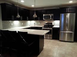interesting blak counter and white top used in awesome kitchen