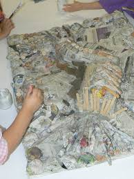 Tableau Avec Papier Peint Bas Reliefs En Objets Et Papier Journal Maternelle Jules Guesde