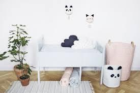 chambre bébé panda coussin liewood beige pour lit bébé file dans ta chambre