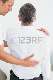 le sexe au bureau side view of a chiropractor examining at office