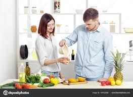 amour dans la cuisine heureux en amour dans la cuisine saine jus d orange frais