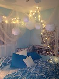 i may be obsessed with rooms that have christmas lights crib