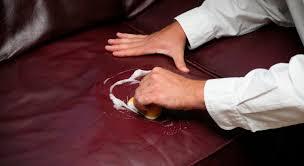 laver un canapé en cuir 6 astuces pour nettoyer votre canapé ou fauteuil en cuir