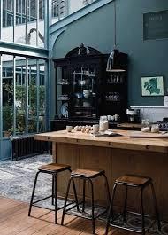 cuisine mur bleu cuisine bleu pétrole avec verrière bois style industriel