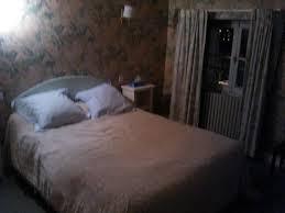 chambre avec papier peint chambre avec papier peint et rideaux à fleurs photo de hôtel