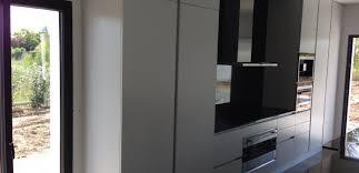 cuisine en bloc cuisine bloc blanc et noir armony cuisines cuisines sur mesure