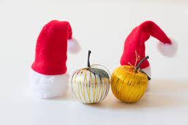weihnachtsmütze und äpfel stock photos fotos flickr