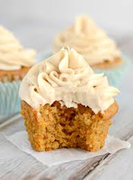 carrot cake cupcakes with brown sugar cream cheese frosting recette