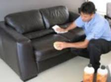 nettoyer canapé cuir beige nettoyer un canapé en cuir tout pratique