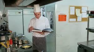 recherche chef de cuisine chef de cuisine à la recherche de la recette dans un livre de