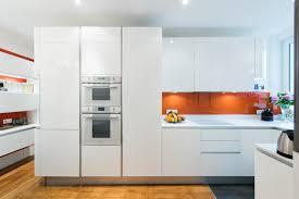 cuisine angle cuisine d angle totale look blanc avec verrière modern kitchen