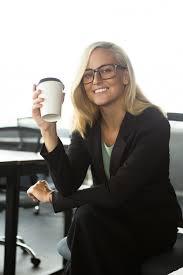 affaire bureau bonne femme d affaires assise avec du café au bureau télécharger