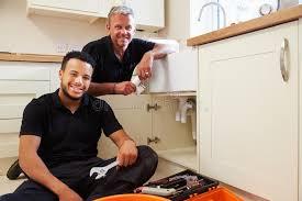 apprenti cuisine portrait de plombier avec l apprenti dans la cuisine domestique
