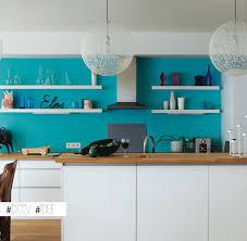 cuisine bleu turquoise idée maline égayer une cuisine blanche en peignant le mur du fond