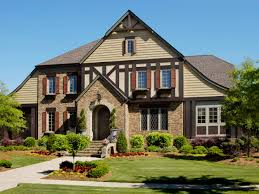 estilo tudor inglaterra 1485 1603 casas estilos pinterest the half timbers and stucco siding on the second story of this home is a classic design element of the tudor revival style arched doorways sloping curved