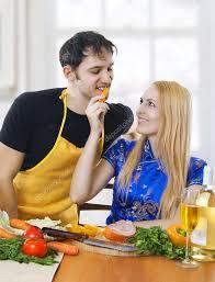 amour dans la cuisine amour portrait d un heureux dans cuisine photographie