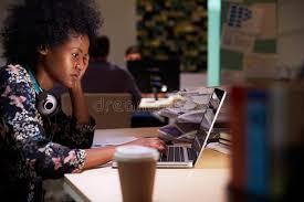 de sexe dans un bureau employé de bureau de sexe masculin avec du café au bureau
