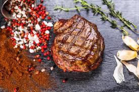 bureau steunk steak de boeuf pièce de bœuf grillé barbecue mariné aux épices et