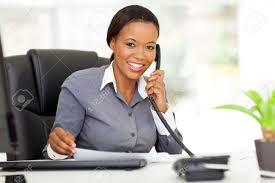 employé de bureau femme attrayante employé de bureau africain de parler au téléphone