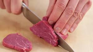 cuisiner du boeuf en morceaux couper en morceaux faire la cuisine cuisiner hd stock