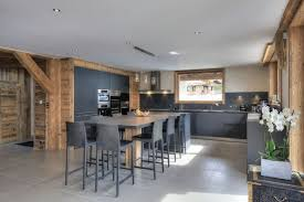 cuisine au bois cuisine dans les tons gris mélange au bois chaleureux et