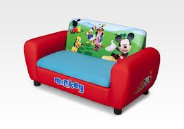 canapé winnie l ourson notre mobilier à l effigie de personnages de dessins animés