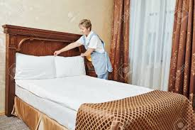 hotel avec service en chambre service de hôtel femme de ménage travailleur bonne décision lit