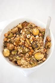 cuisiner les choux de bruxelles salade de quinoa aux choux de bruxelles rôtis et aux noisettes