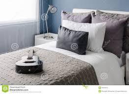 chambre moderne blanche lampe moderne sur la table blanche dans la chambre à coucher