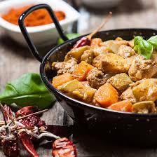 cuisiner joues de porc recette joues de porc aux carottes et curry en cocotte