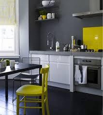 cuisine jaune et grise couleur mur cuisine grise peinture gris meubles blanc chaises jaune