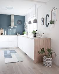 cuisine en verre blanc kitchen cuisine blanc bleu bois hotte intox tapis plante
