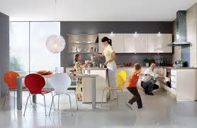 cuisines aviva com color touch dans la décoration avec des chaises colorées pour