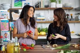 deux filles en cuisine futées en cuisine heureuses en affaires