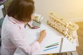 bureau dessinateur le dessinateur d intérieurs dessine au bureau avec le crayon photo