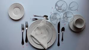 posizione bicchieri in tavola come si apparecchia la tavola secondo il galateo le regole di v