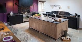 univers cuisine cuisine en chene massif teintes noires ambiance atelier