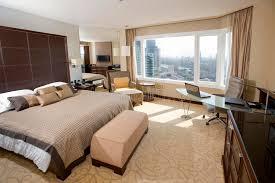 chambre d hotel avec chambre d hôtel avec l aire de travail de bureau photo stock image